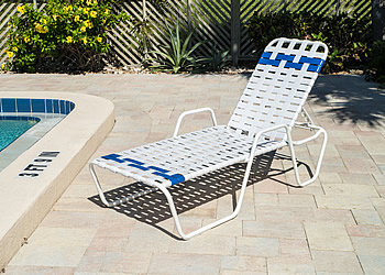 C145B cross-strap aluminum lounger with arms